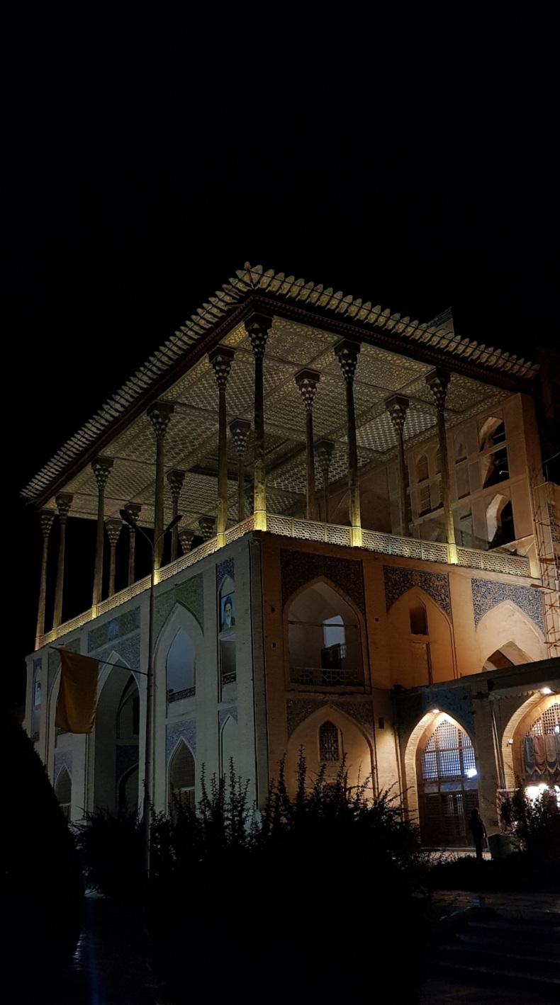 عمارت عالی قاپو در شب